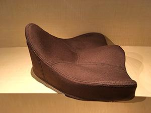 腰 悩み 違和感 座る デスクワーク 和室 床 姿勢 対策に馬の鞍を模した構造